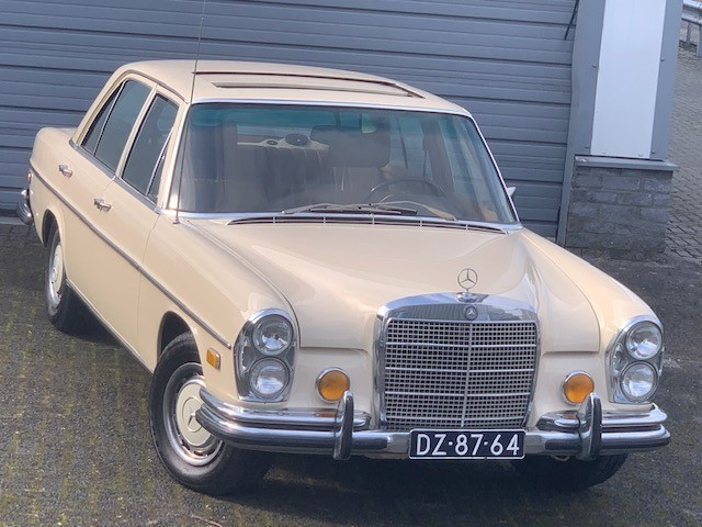 Mercedes-Benz 280SE  4.5  with airco and sunroof
